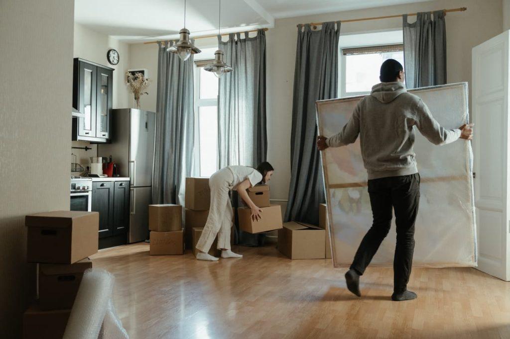 personnes en train de vider une maison